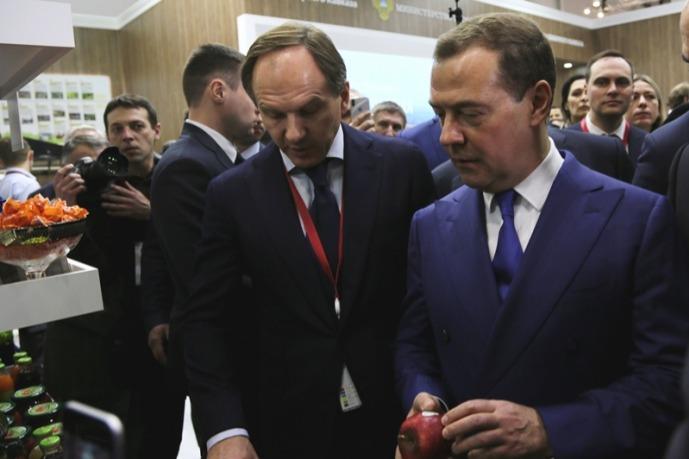 Медведев на форуме в Сочи посетил стенд СКФО